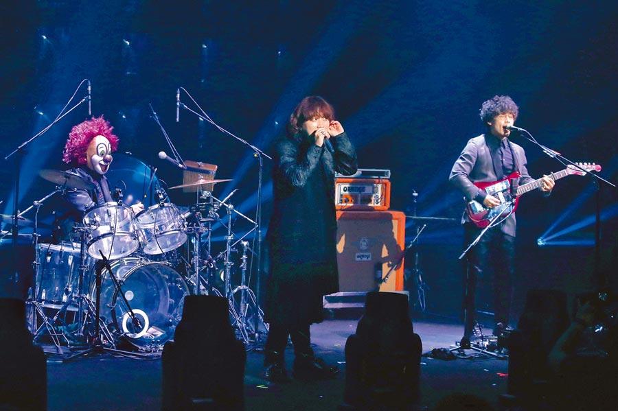 「世界末日」昨5度來台熱力開唱,左起DJ LOVE、Fukase、Nakajin。(粘耿豪攝)