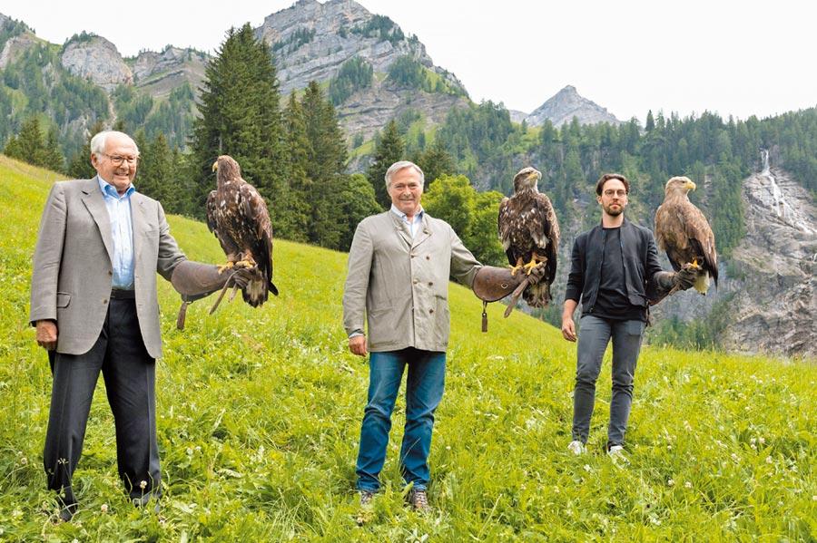 蕭邦Scheufele家族祖孫三代Karl、Karl-Friedrich與Karl-Fritz,以對老鷹的熱愛聯手設計Alpine Eagle腕表,乘載著父親對子女的期望,以及家族世代傳承經典的堅持。(CHOPARD提供)