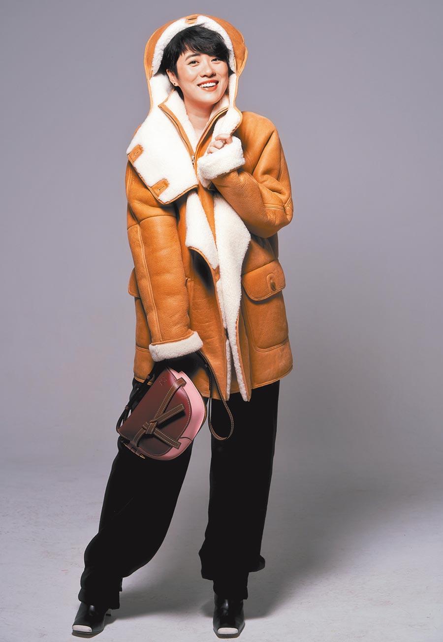 岑寧兒讚羊毛外套相當溫暖,彷彿裹著棉被般幸福。LOEWE焦糖色綿羊毛大衣20萬8000元,黑色長褲2萬5000元,Gate酒紅色小牛皮肩背包7萬3000元。(攝影/JOJ PHOTO‧妝髮/Manda Wu)