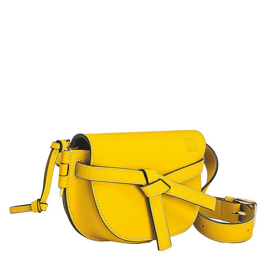 LOEWE Gate Bumbag鮮黃色小牛皮腰包,5萬1000元。(LOEWE提供)