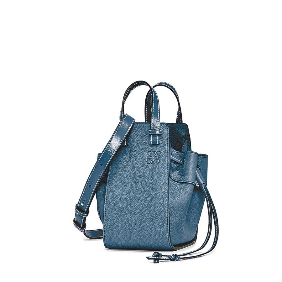 LOEWE Hammock藍色小牛皮迷你肩背提包,6萬3000元。(LOEWE提供)