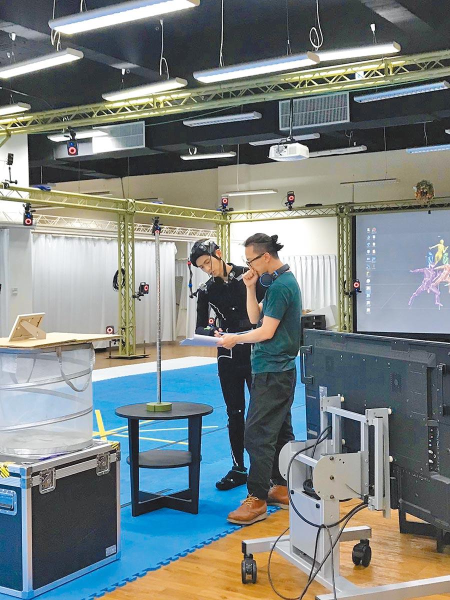 石知田(左)跟導演高逸軍拍攝VR片《落難神像》的過程。(祖與占影像製作提供)