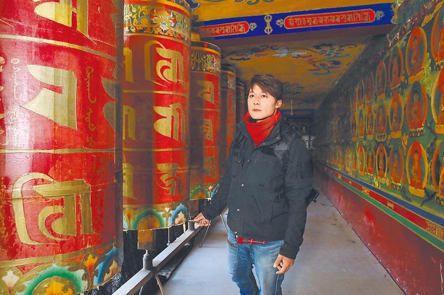 廖科溢入境隨俗在千佛廊完成神聖巡禮。(亞洲旅遊台提供)