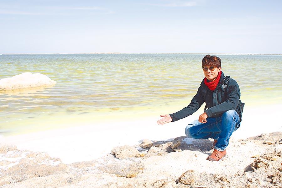 廖科溢探訪世界第二大的「察爾汗鹽湖」。(亞洲旅遊台提供)
