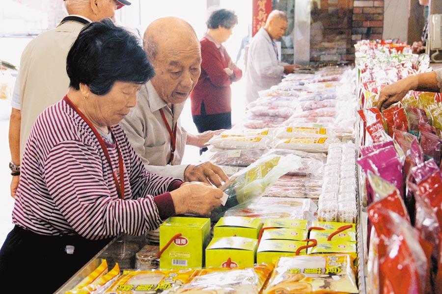 台灣民眾國民旅遊花費遠低陸客。(記者李鋅銅攝)