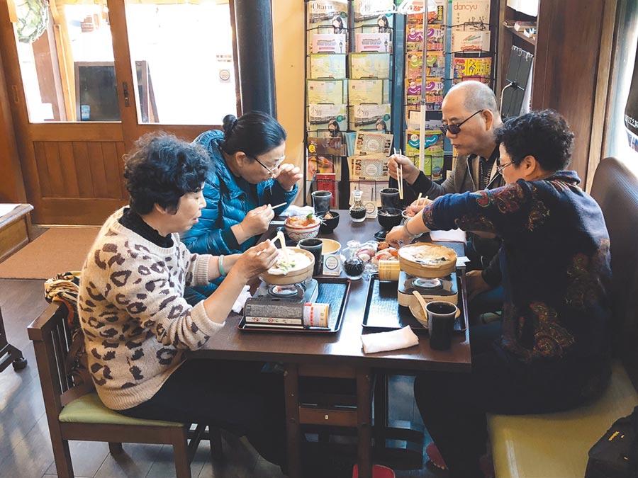 陸客在北海道小樽拉麵店吃風味餐。(記者李鋅銅攝)