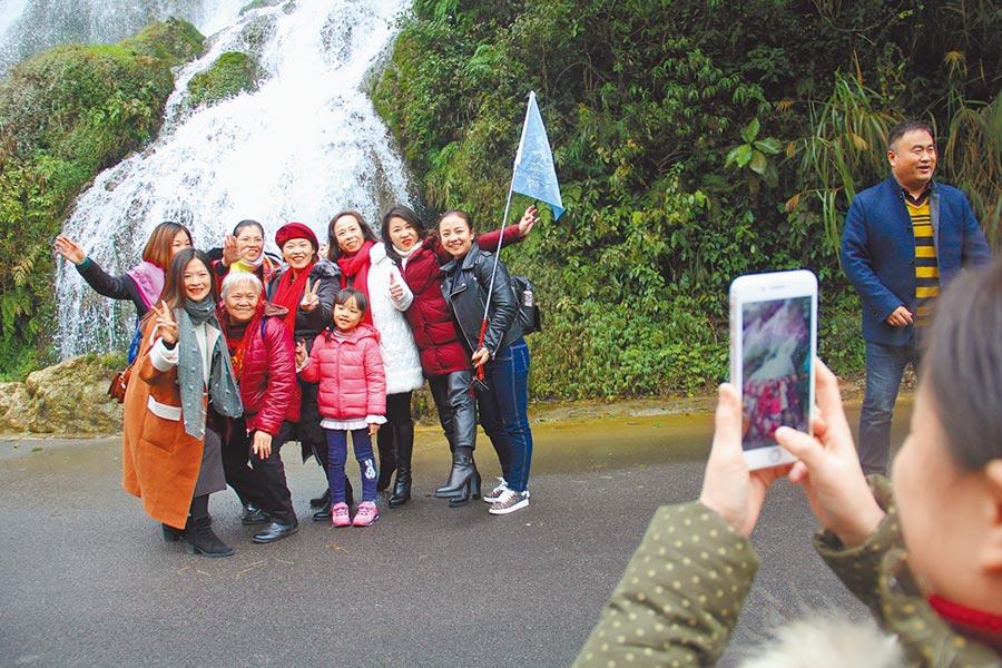 遊客在貴州大七孔景區拍照。(記者李鋅銅攝)