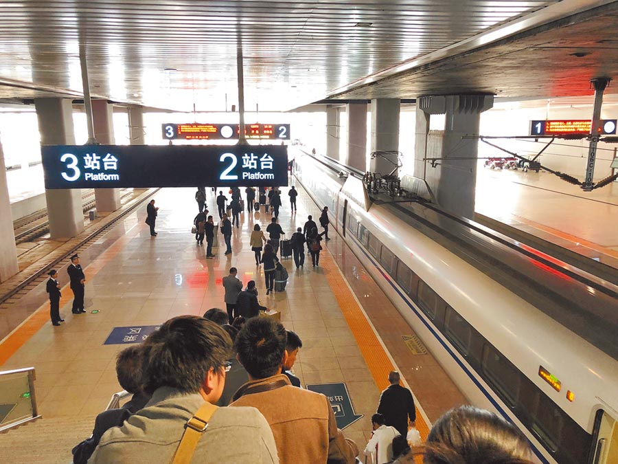 搭高鐵旅遊已成為漸多大陸民眾的生活體驗。(記者李鋅銅攝)