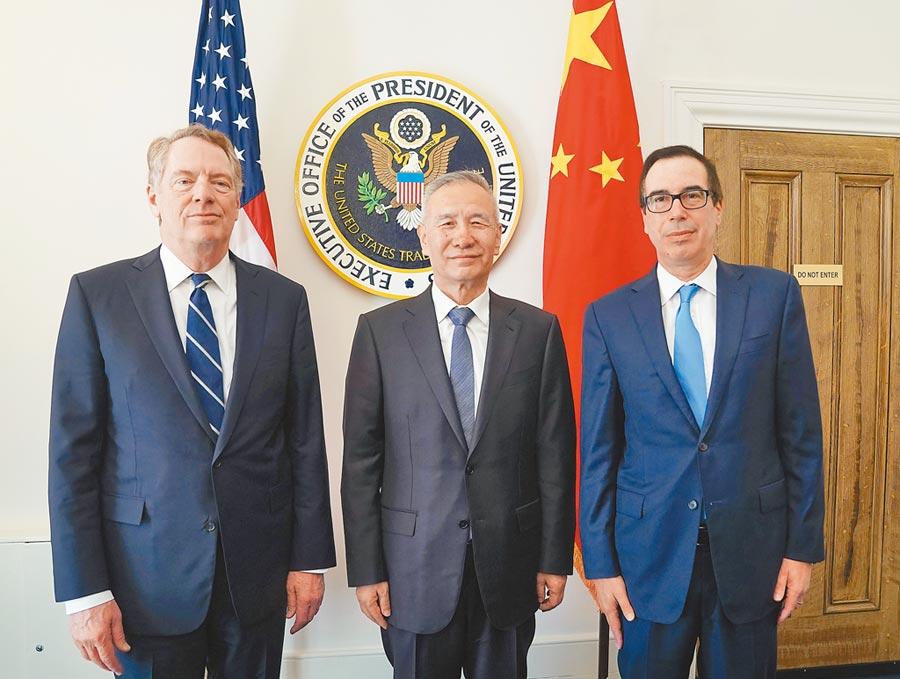 當地時間10月10日上午,大陸國務院副總理劉鶴(中)與美國貿易代表萊特希澤(左)、財政部長努欽(右)開始新一輪中美經貿磋商。  (新華社)
