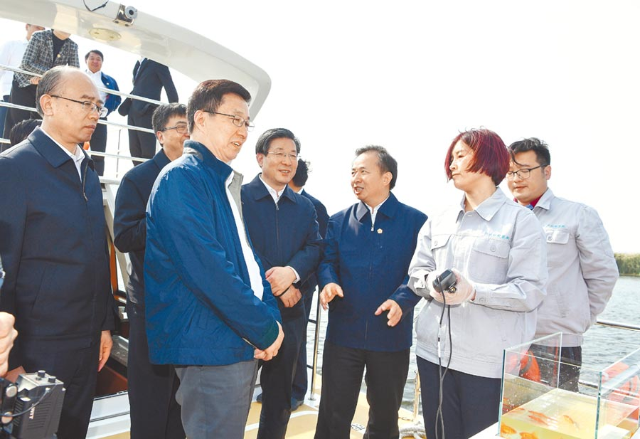 大陸國務院副總理韓正(左2)9日到河北雄安新區調研,並召開規畫建設現場辦公會。(新華社)