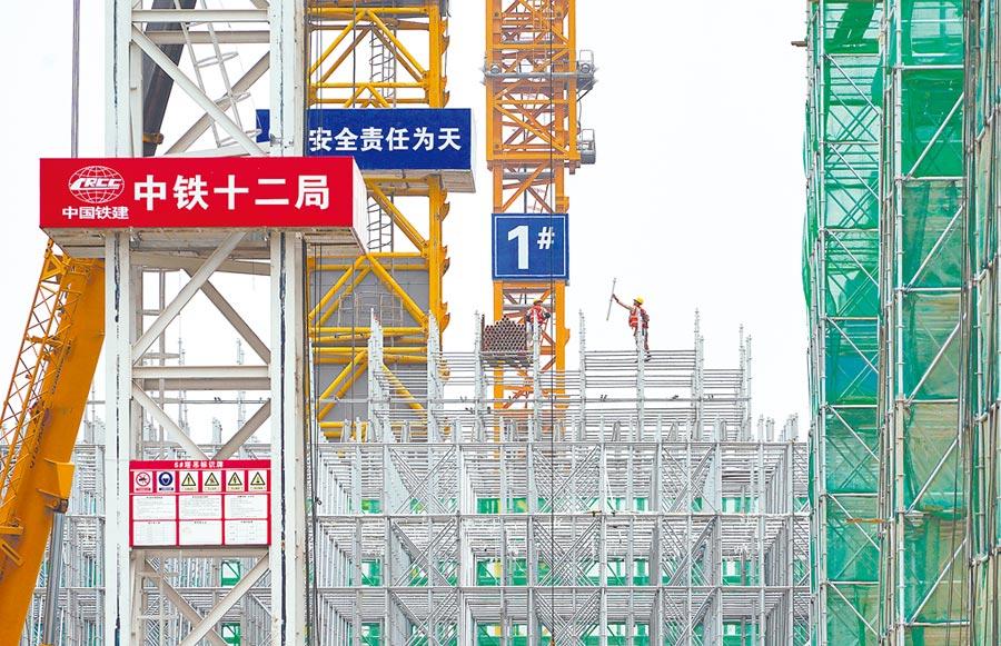 京雄城際鐵路雄安站地下主體結構完工,工人10日加緊施工。(新華社)