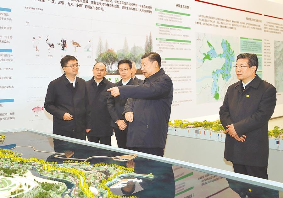 大陸國家主席習近平(右2),1月16日在雄安新區規畫展示中心,聽取總體規畫。(新華社)