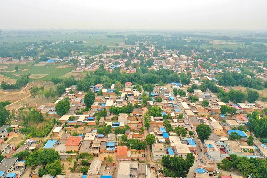 雄安新區土地使用近期鬆綁,圖為無人機拍攝的河北容城縣。(新華社)