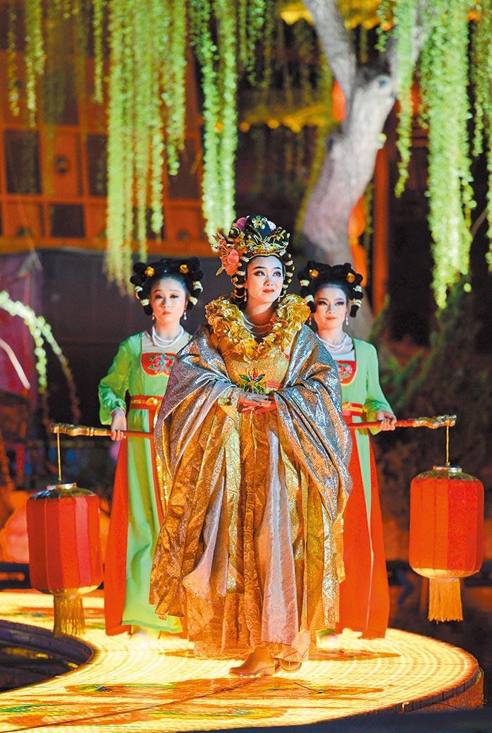《長恨歌》強調統治者昏庸、喜好女色而怠於政事。圖為2017版大型實景歷史舞劇在西安演出。(新華社)