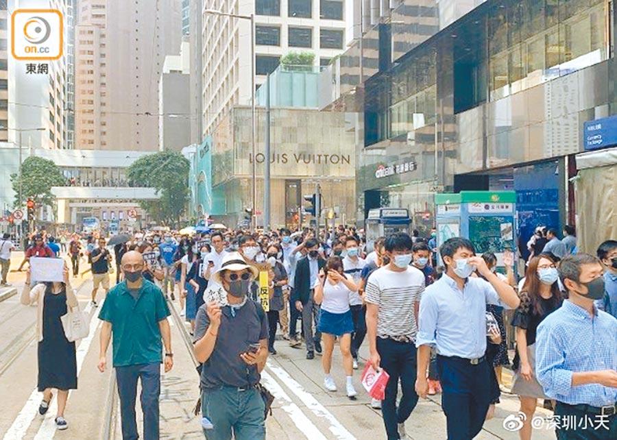 群眾聲援受害學生,於11日午後在中環發起「快閃」集會遊行。(取自新浪微博@深圳小天)