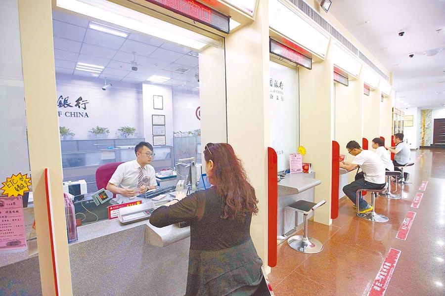 山西太原,民眾在銀行辦理業務。(中新社資料照片)