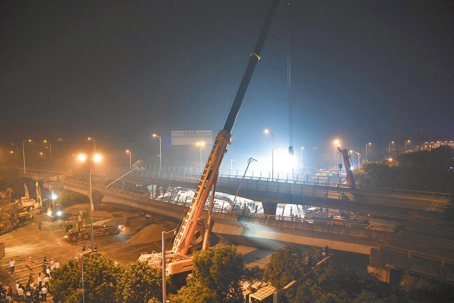 10月11日,無錫高架橋側塌現場,救難人員出動大型吊車救災。(新華社)