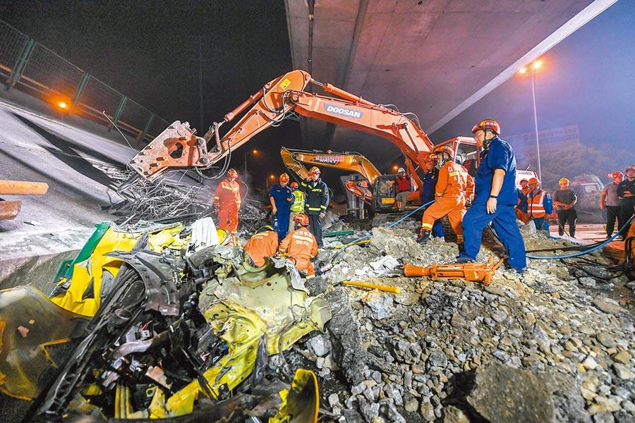 10月11日,救援人員在事故現場進行救援。(新華社)