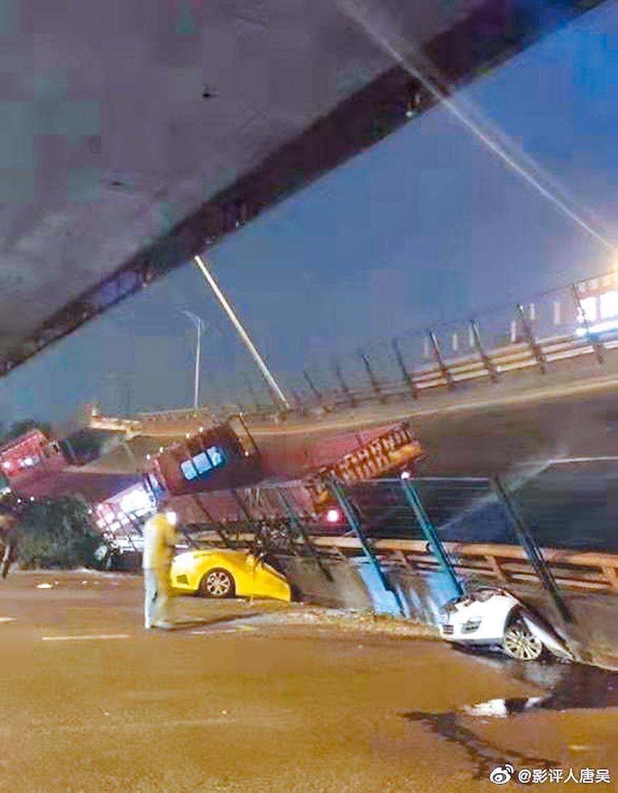 10月10日,大陸無錫高架橋側塌,造成3輛汽車被壓在下面。(取自微博@影評人唐吳)