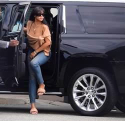 蕾哈娜穿BV LIDO涼鞋 展現慵懶戀愛女人味