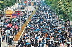 抗議警方濫權 群眾堵街縱火