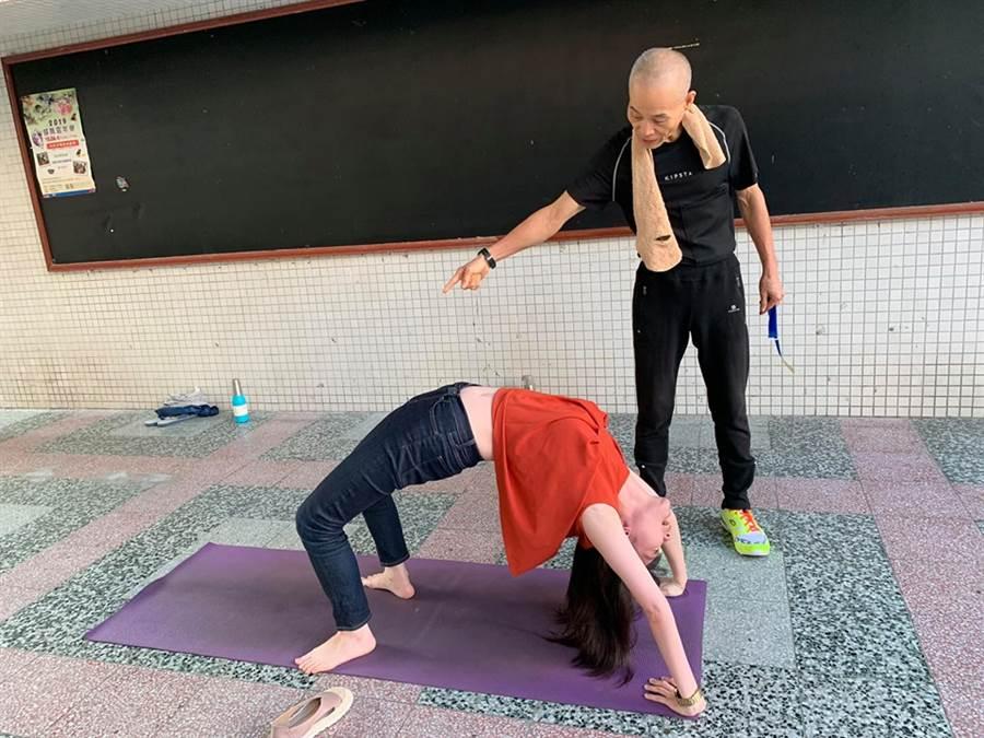 高嘉瑜下場做瑜珈,意外讓自己肚臍走光,但軟Q腰身也讓網友大讚 (圖/高嘉瑜臉書)
