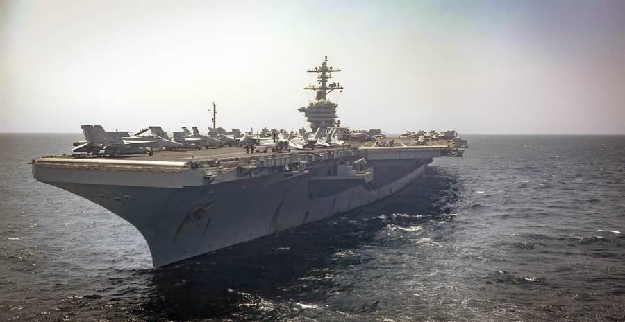 美國「林肯」號航母9月22日穿越阿拉伯海的畫面。(美國海軍)