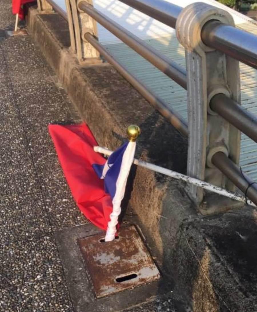 51歲林姓男子將24面國旗的旗桿折斷並插入水溝中。(翻攝照片/葉書宏新北傳真)