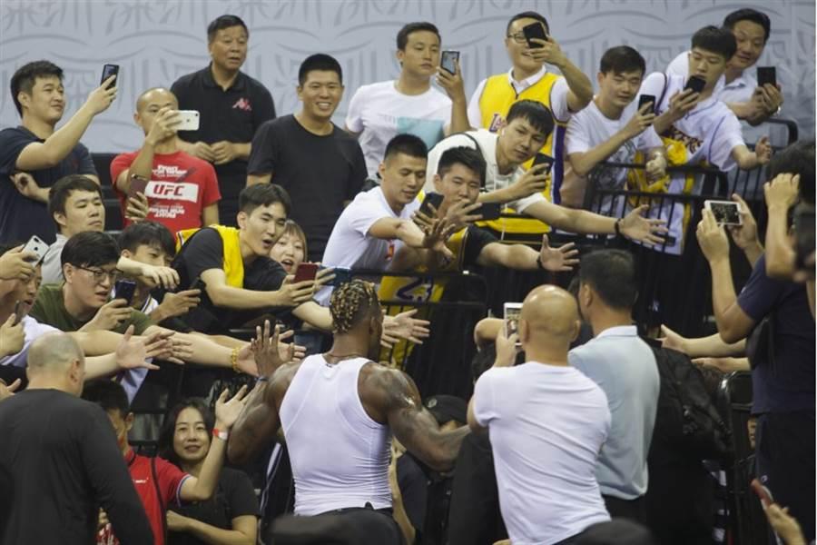 即使受推文風波影響,12日登場NBA深圳季前賽仍擠滿球迷入場;當湖人隊「魔獸」霍華德進場時,更吸引不少粉絲搶拍照。(美聯社)