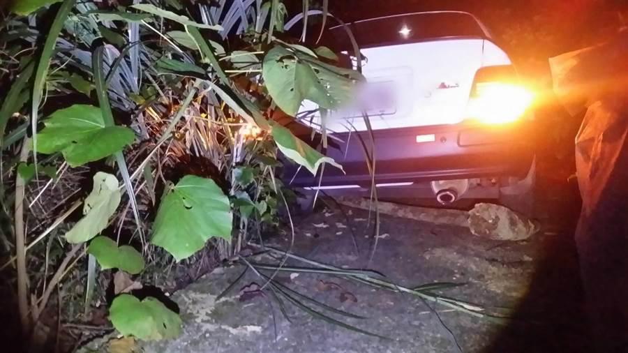 林男與女友與前往銅鑼山區看夜景,卻不慎開車陷入山溝。(翻攝照片/巫靜婷苗栗傳真)
