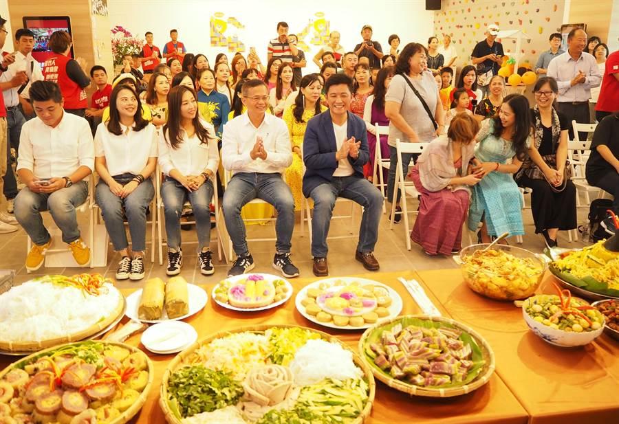 民進黨新竹市立委參選人鄭宏輝(左五)13日舉辦新住民美食趴,並首次端出自己對新住民「5大保障」的政治主張。(陳育賢攝)