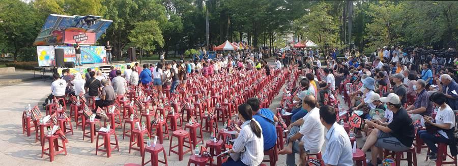 「公民假日論壇」第二場選在深綠選區「三民公園」舉辦,人氣相較第一場少了許多。(袁庭堯攝)