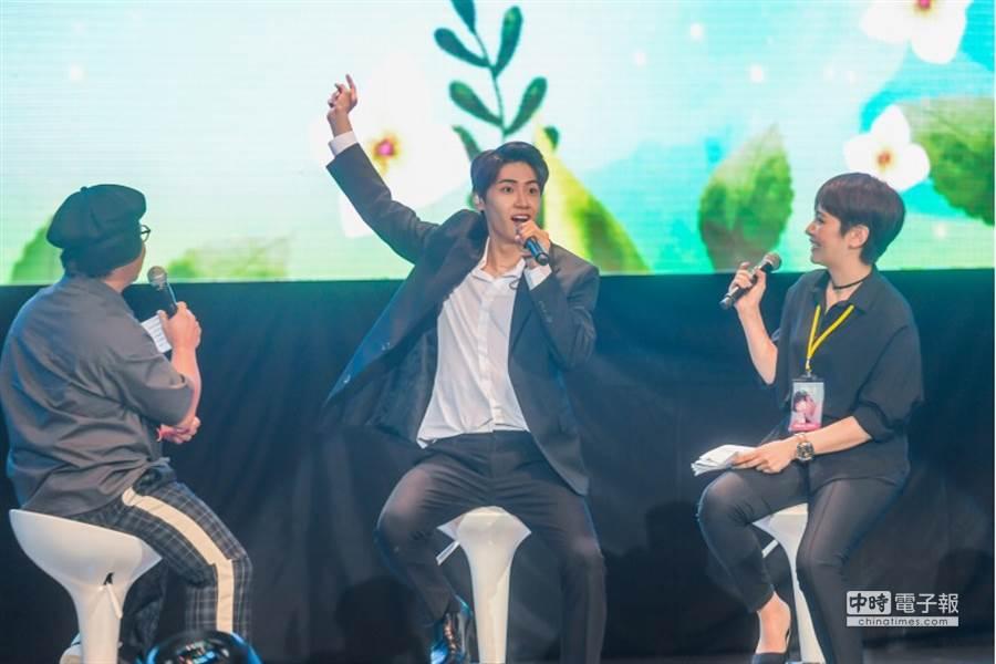 李鎮赫也在台上放超開,模仿、跳舞各角色。(圖/記者盧禕祺攝)