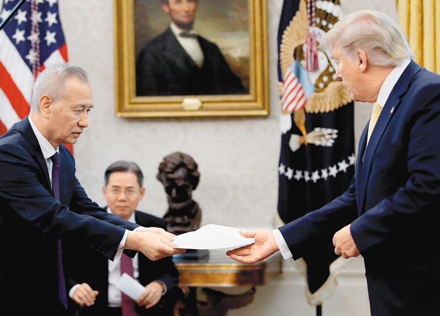 當地時間10月11日,美國總統川普在白宮會見大陸國務院副總理劉鶴(左),劉鶴轉交習近平信函。(CFP)