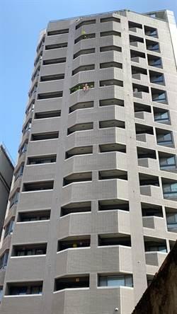 男坐11樓圍牆 警消勸說1個多小時