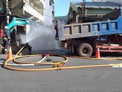 工人挖破管線 新北八里中山路瓦斯嚴重外洩