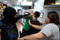 香港示威暴力漸失控 出現利器割頸遙控炸彈