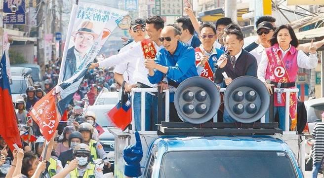 圖為高雄市長韓國瑜(中)去年掃街畫面。(資料照,陳怡誠攝)