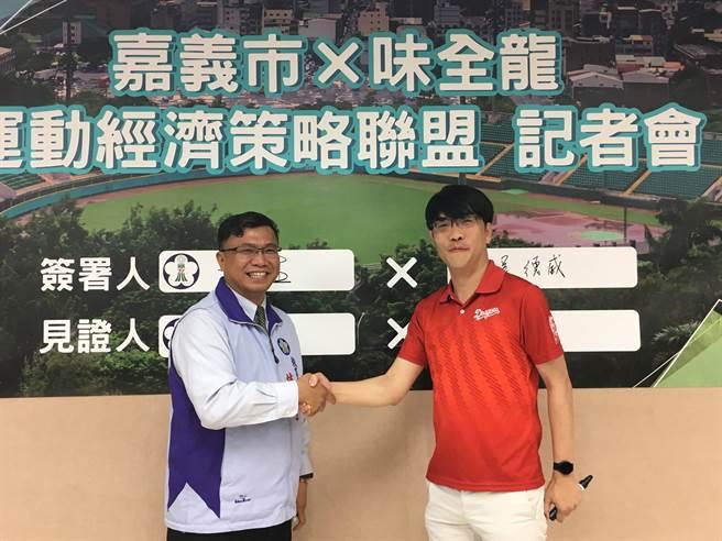 嘉義市教育處長林立生(左)與味全龍領隊吳德威簽訂策略聯盟。(廖素慧攝)