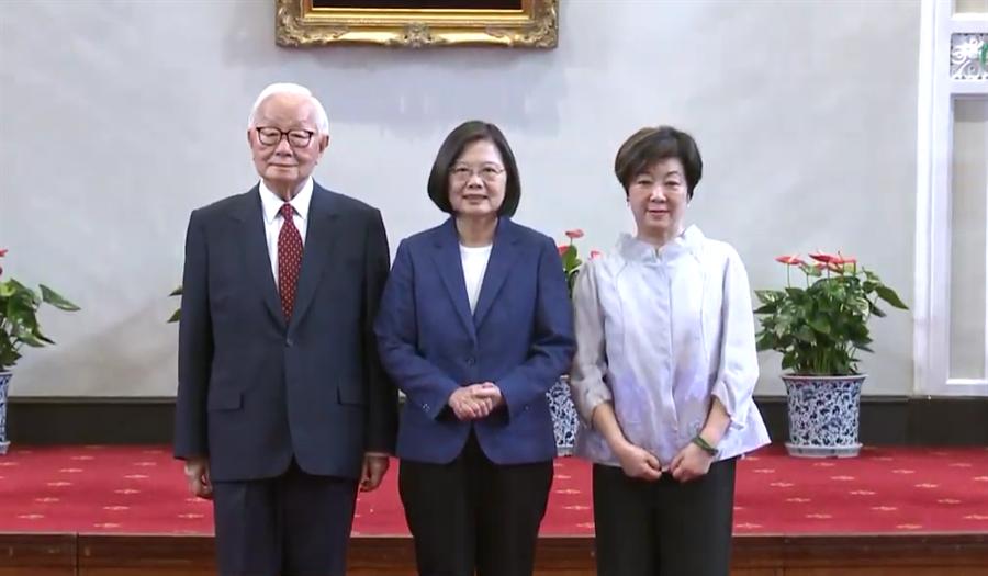 蔡英文總統(中)今天上午宣布再度邀請台積電創辦人張忠謀(左)擔任我國APEC領袖代表。(崔慈悌攝)