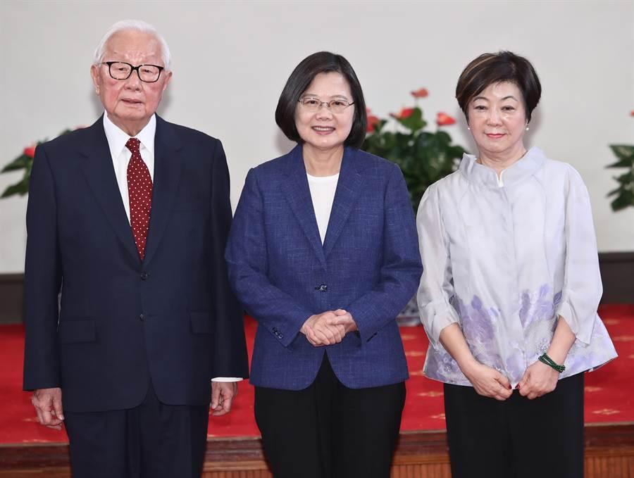 蔡英文總統14日在總統府舉行記者會,宣布台積電創辦人張忠謀為本屆APEC領袖代表,蔡英文與張忠謀及其夫人張淑芬一起合影。(劉宗龍攝)