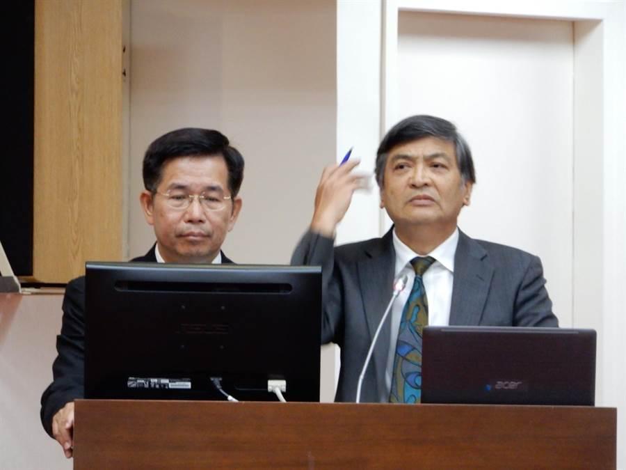 政大校長郭明政(右)表示,政大確實保有蔡英文總統畢業證書影本。(林志成攝)