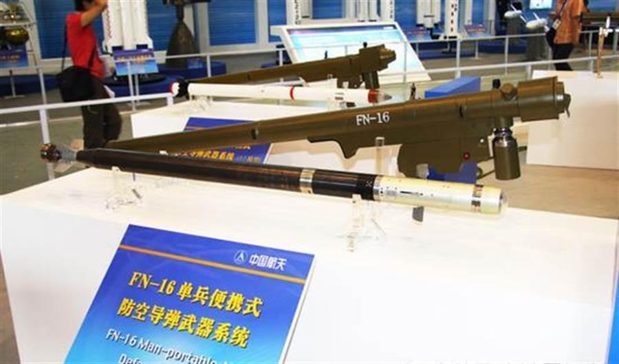 飛弩16可攜式導彈在面對直升機目標的時候,首發命中率達到了8成以上,雙發齊射就很難逃得過。圖為珠海航展上展示的飛弩16。(圖/新浪軍事)