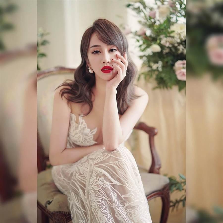 林佩瑤婚紗照超火辣。(圖/翻攝自臉書)