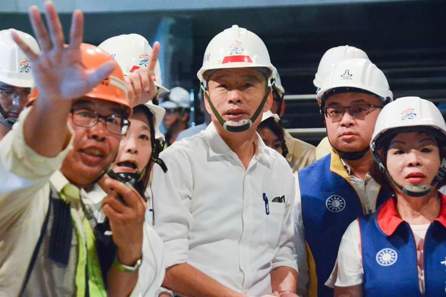 高雄市長韓國瑜14日下午視察正在興建的海洋文化及流行音樂中心,展現對文化建設的關心。(林宏聰攝)