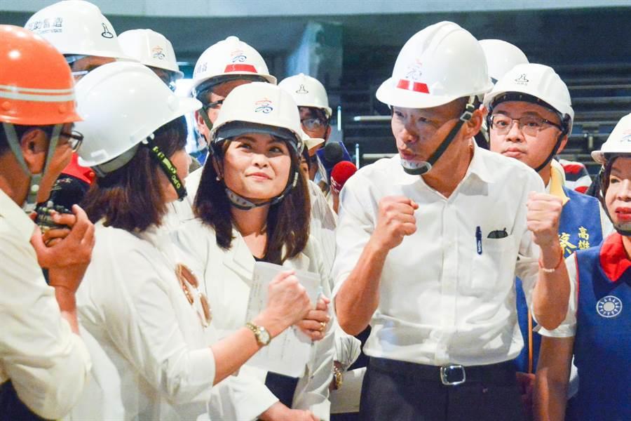 高雄市長韓國瑜14日視察海洋文化及流行音樂中心工地,因海音中心明年即將要落成,他特別請主責的文化局及工務局多多加油。(林宏聰攝)