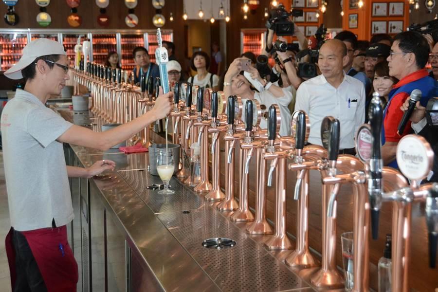高雄市長韓國瑜14日下午參觀駁二藝文特區,看到C11倉庫的細酌牛飲餐酒館擁有多達68支生啤酒柱,他自嘲「太久沒喝酒,酒量退步了!」(林宏聰攝)