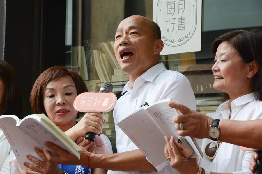 高雄市長韓國瑜14日下午推薦10月好書《余光中 美麗島詩集》,當場在媒體前朗讀1首已故詩人余光中的作品。(林宏聰攝)