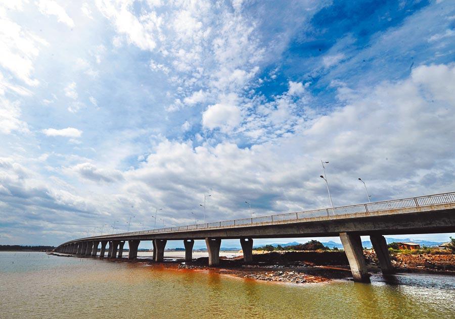 金廈大橋將為金門和廈門提供更便捷的交通方式。圖為大嶝大橋。(新華社)