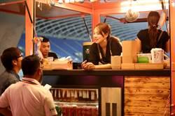 男足戰澳洲 美女主廚快餐車來上菜